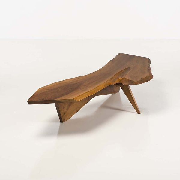 George Nakashima (1905-1990) Table basse, noyer anglais, vers 1961. Estimation: 14 000 à 18 000 euros.