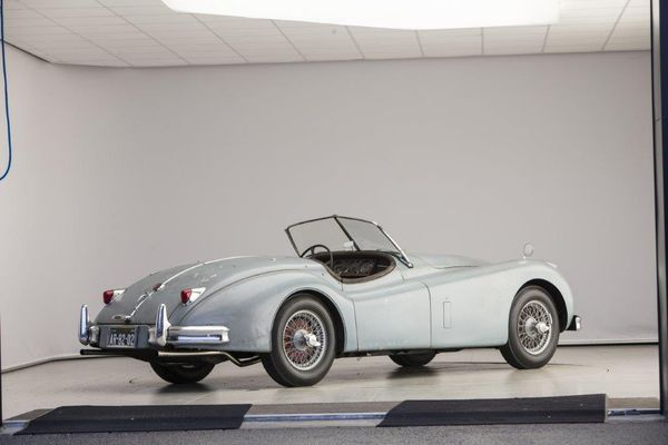 Jaguar XK 140 SE Roadster,  1956. Estimation: 120 000 à 150 000 euros.