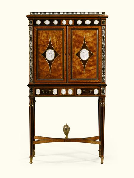 Cabinet George III, vers 1785-1790.  Estimation: 66 500 à 106 000 euros.